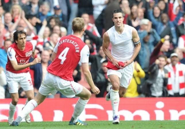 Van Persie hits back at Mertesacker over Arsene Wenger criticism