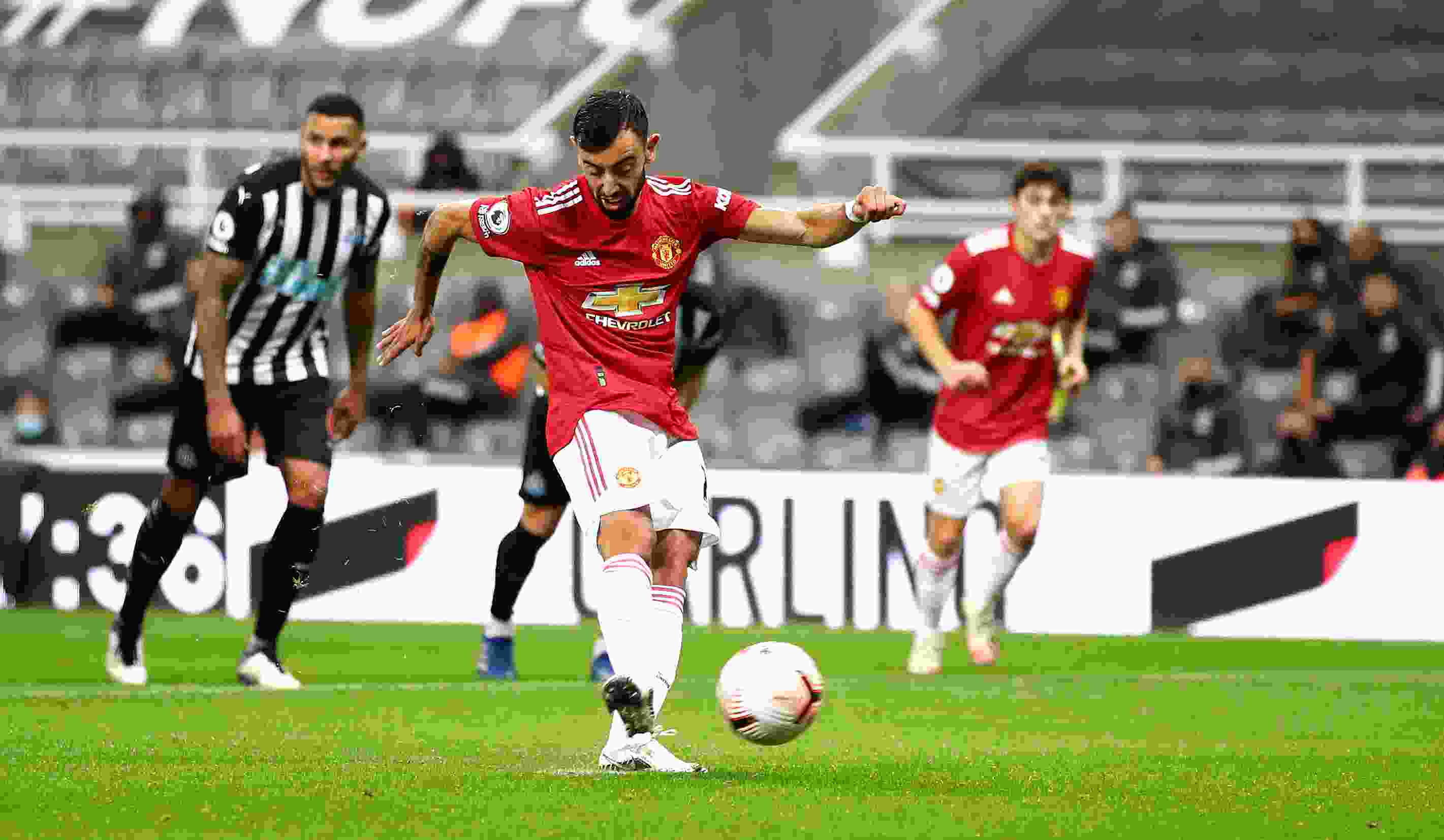 Fernandes praises Maguire & sends transfer message to Man Utd fans